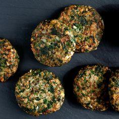 Овощные котлеты отлично подойдут как в качестве основного блюда, если вы вегетарианец, так и в качестве гарнира к мясу. Сегодня мы поделимся рецептом вкусных и полезных котлет из булгура со шпинатом, которые очень просто приготовить на кухне дома.