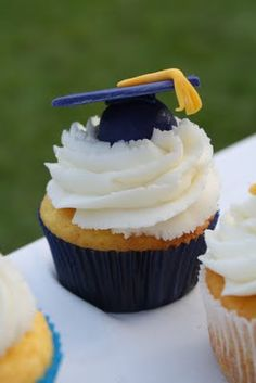 Adventures in Savings: Graduation Cap Cake and Cupcakes Graduation Party Planning, Graduation Party Favors, Graduation Cupcakes, Graduation Celebration, Grad Parties, Graduation Desserts, Graduation 2015, Nursing Graduation, Graduation Photos
