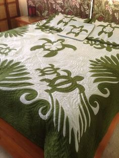 Hawaiian Style Honu Turtle King Size Quilt Hawaiian Quilt Patterns, Hawaiian Quilts, Hawaiian Bedroom, Sea Turtle Quilts, Turtle Love, King Size Quilt, Beach House Decor, Home Decor, Sea Turtles
