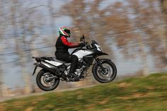 Suzuki V-Strom 650 XT ABS en acción | Motociclismo.es Trail, Motorcycles, Wheels, Abs, Bike, Vehicles, Motorbikes, Bicycle, Crunches