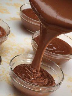 Bereiden: Los het cacaopoeder en de maizena in een beetje koude melk op. Snijd de chocolade in stukjes. Schraap het merg uit het halve vanillestokje. Breng de rest van de melk, de suiker, het halve vanillestokje en het vanillemerg aan de kook en laat nog zo'n 5 minuten zachtjes pruttelen, zodat de smaak van de vanille loskomt en de suiker oplost. Verwijder het vanillestokje en voeg de kleine stukjes chocolade toe. Meng tot de chocolade volledig gesmolten is.