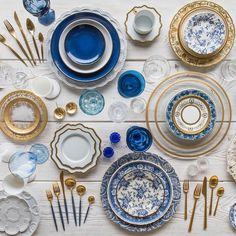 These services and these tables are very nicely set up! All crockery, glasses, cutlery and accessories are from Casa De Perrin, an A. Blue Table Settings, Table Top Design, Plate Design, Design Art, Dinner Sets, Dinner Ware, Dinner Plates, Deco Table, Decoration Table