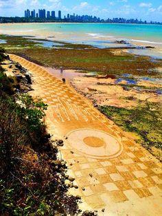 Arte feita nas falésias do Cabo Branco, João Pessoa, Paraíba. Facebook ( neto cicchilli )
