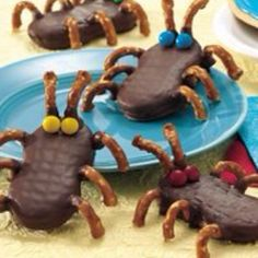 Here is a great idea for ant snacks that the kids will love! All you need is dipping chocolate, a nutter butter cookie, pretzels, and mini mm's!