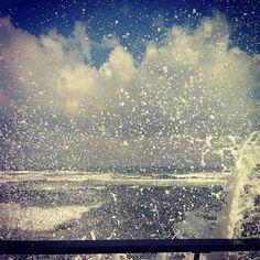 תל אביב בשעות הבוקר. גלים מתנפצים בנמל תל אביב - רידינג 3
