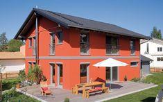 Das Haus Ghersburg erfüllt mit zwei unterschiedlichen Dachneigungen, Kniestock- und Vollgeschossversionen sowie vielen Grundrissvariationen viele, auch ausgefallene Wünsche. Die Bauherren entschieden sich für zwei Vollgeschosse und einen Vorbau, der dem Gebäude ein besonderes Gepräge gibt.  Der Anbau, der sich mit seiner grauen Holzstülpschalung bewusst vom roten Strukturputz des Hauptgebäudes absetzt, verbindet Ästhetik mit Funktionalität:. Neben der Garage ist ebenfalls ein überdachter… Style At Home, Mansions, House Styles, Outdoor Decor, Garage, Tips, Home Decor, Front Stoop, Roof Styles