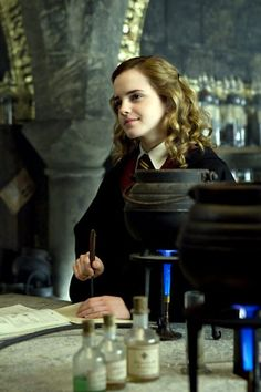 Emma Watson stars as Hermione Granger in Warner Bros Pictures' Harry Potter and the Half-Blood Prince - Movie still no 197 Harry Potter Tumblr, Harry Potter Hermione, Harry Potter World, Hermione Granger, Memes Do Harry Potter, Images Harry Potter, Saga Harry Potter, Mundo Harry Potter, Harry Potter Characters