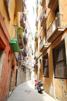 Barri Gòtic in Barcelona, Spain | http://www.tovogueorbust.com/2014/10/gothic-quarter-barcelona.html
