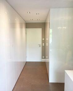 Es gibt keine zu kleinen Räume - es gibt nur die falschen Möbel. Unsere Gewinnerin des Schranklieblings erhält mit ihrem Schranksystem ein wahres Stauraumwunder für ihr Zuhause. #cabinet #ankleide #ankleidezimmer #begehbar #begehbarerkleiderschrank #begehbareankleide #schranksystem #stauraum #ordnung #ordnungschaffen #closetgoals #roomgoals #kleiderschrank