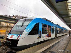 """Nahverkehrs-Dieseltriebwagen (648 110) der DB-Regio mit der blauen Beklebung """"Wintersportregion Sauerland""""."""