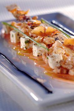 Carpaccio van vleestomaat, fetakaas en Noordzeegarnaal en croustillant van brickdeeg