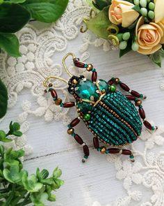 Изумрудный красавец жук выполнен для прелестной девы  жуки это тренд сезона, а цветовая гамма не имеет границ теперь хочу сделать жука в полете этот жук выполнен в обьеме☝ Под заказ ☝ #брошьручнойработы #брошьказань #авторскаяброшь #насекомое #брошьжук #жукскарабей #изумруд #жук #подарок #модно #тренд #8марта #14февраля #handmade #handwork #assecories #брошьнасекомое #жучок