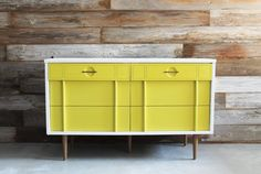 Vintage Painted White and Mustard Yellow MCM Mid Century Modern Dresser / Chest of Drawers / Changing Table / Media Console / TV Stand op Etsy, 504,45 €