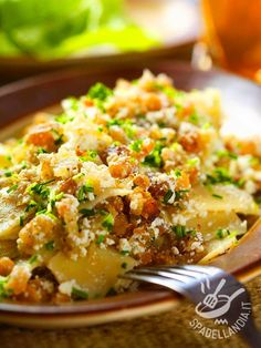 Le Pappardelle con ricotta salata e bacon croccante sono una pietanza rustica molto appetitosa che lascia contenti tutti coloro che amano i sapori forti!