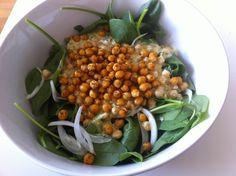 Spinach salad with spicy roasted chickpeas and yoghurt dressing. Ensalada de espinacas y garbanzos especiados crujientes