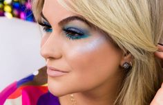 Gráubi!!! Vai sair no bloquinho e não sabe que make usar para fazer bonito no carnaval??? Então veja essa dica de maquiagem que sugiro neste vídeo em tons azuis e pele iluminada!
