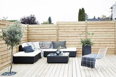 We love the intimate lounge atmosphere on this beautiful terrace. Small Space Interior Design, Interior Design Living Room, Outside Living, Outdoor Living, Balcony Design, Garden Design, Lounge, Outdoor Furniture Sets, Outdoor Decor