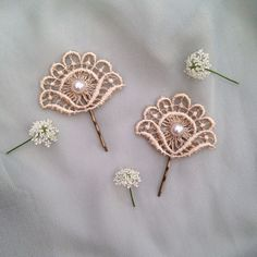 Vintage Pearl & Antique Creamy Gold Fan Flower Lace Wedding Hair Accessories Grip Clips  Lovely creamy gold colour with subtle shine lace Large pearl in centre Set on a brass kirby grip 5cm long Lace piece 5.5cm by 4cm Set of 2 This colour is the third in the colour line up photo More available on request  ...x