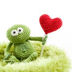 Valentine's Day Crochet pattern, crochet frog in love (photo by Woolytoons) Crochet Frog, Crochet Patterns Amigurumi, Love Photos, Crochet Animals, Frogs, Crochet Projects, Free Pattern, Valentines Day, Dinosaur Stuffed Animal
