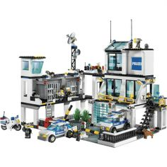 Lego City Police HQ - a cool Lego set that inspires lots of active play long after it's been built. How can you have a Lego City without some law and order around? Lego City Police Sets, Lego City Police Station, Lego Police, Lego City Sets, Lego Station, Best Lego Sets, Lego Clones, Amazing Lego Creations, Barbie Furniture