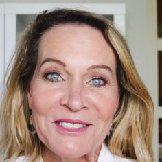 Once we're over our eyes can start to droop or become hooded. This easy tutorial shows you in depth how to update your eye makeup to enhance your hooded eyes. Just by changing how you apply eye sh Makeup Over 50, Old Makeup, Eye Makeup Tips, Skin Makeup, Makeup Tips Mature Skin, Makeup For 60 Year Old, Makeup Tips For Older Women, Older Woman Makeup, Hooded Eye Makeup Tutorial