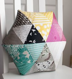 10 gorgeous pillows you'll want to sew! Fantastic pillow tutorials you'l… 10 gorgeous pillows you'll want to sew! 10 gorgeous pillows you'll want to sew! Cute Pillows, Diy Pillows, Decorative Pillows, Cushions To Make, Pillow Ideas, Patchwork Cushion, Quilted Pillow, Hexagon Patchwork, Tutorial Patchwork