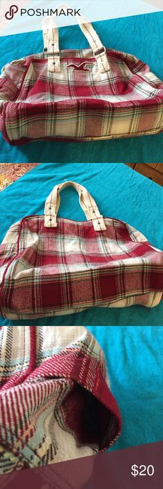 Hollister shoulder bag Hollister plaid shoulder bag. Beautiful plaid pattern with red, white, black and a light aqua. This bag is great for carrying school bags or for a quick weekend get away. Shoulder strap is 20 inches long. Hollister Bags Shoulder Bags