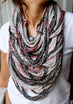 Collana gigante con strisce di stoffa