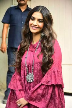 Sonam Kapoor showing off yet another look for promotions. Designer Kurtis, Designer Dresses, Pakistani Dresses, Indian Dresses, Indian Outfits, Sonam Kapoor, Kaftan, Edgy Style, Classy Style