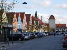 Bunt und sympathisch Freystadt in der Oberpfalz.  In der Nähe von Neumarkt in der Oberpfalz gibt es die kleine mittelalterliche Stadt Freystadt. Der Stadtkern ist noch sehr gut erhalten auch die zwei Stadttore sind noch vorhanden lediglich von der Stadtmauer findet man nur noch ein paar klägliche Reste.  Gleich ausserhalb der Stadt hinter der ehemaligen Stadtmauer hat Freystadt einen Wohnmobilstellplatz er diente uns als Quartier für unsere Stadtbesichtigung.  Das Rathaus steht wie so oft…