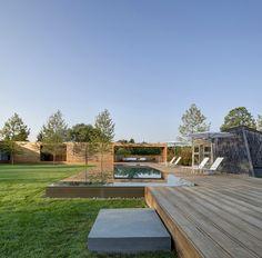 une terrasse en bois avec une piscine hors sol en bois rectangulaire