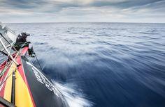 Volvo Ocean Race 2014-15 - Abu Dhabi, le loup solitaire C'est presque sur un malentendu qu'Abu Dhabi Ocean Racing occupe cette position occidentale qui lui permet d'être en tête du classement général. En effet, ce choix d'empanner le premier il y a un peu plus de 24 heures était plus guidé par la tactique que par la stratégie et Ian Walker, le skipper, n'imaginait pas …