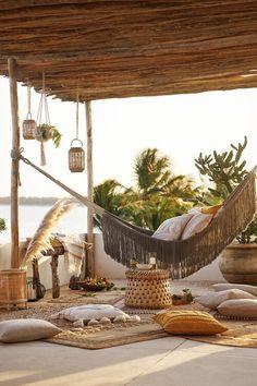 Home Decor Furniture, Garden Furniture, Furniture Ideas, Libanesisches Restaurant, Bohemian Patio, Bohemian Living, Backyard Hammock, H & M Home, Outdoor Living