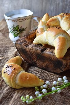 Rychlé rohlíky - do hodiny hotové Meat Recipes, Cooking Recipes, Cooking Ideas, Croissant, Bread Baking, Bagel, Hamburger, Food And Drink, Pizza