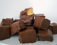 Wilde in the Kitchen: Buffalo Sponge Candy. Seafoam candy from a chemist Candy Recipes, Sweet Recipes, Baking Recipes, Dessert Recipes, Just Desserts, Delicious Desserts, Yummy Food, Christmas Treats, Christmas Baking