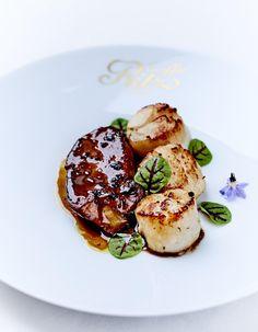 Recette Saint-jacques Rossini : Préparation : 15 mn > Cuisson : 15 mn Dans une casserole, faites réduire de moitié le fond de veau avec le jus de truffe du bocal. Ajoutez les brisures, fouettez avec 100 g de beurre, salez et poivrez. Réservez au chaud. Coupez 4 escalopes de foie gras. Assaisonne...