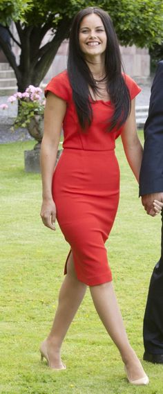 Sofia Hellqvist's wore a poppy red dress by designer Roland Mouret, she matched it with nudefärgade pumps. June 27, 2014