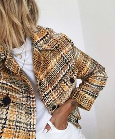 White looks good with everything, but it looks great with this colorful tweed jacket! Tweed Jacket, Tweed Blazer, Blazer Jacket, Festival Accessoires, Jean Jacket Outfits, Jacket Style, All White Outfit, White Trousers, Inspiration Mode