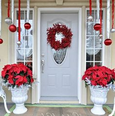 DIY Christmas Porch Ideas 29 40 Great DIY Decorating Suggestions For Christmas Front Porch interior design Christmas Front Doors, Christmas Porch, Noel Christmas, Outdoor Christmas Decorations, Winter Christmas, Christmas Wreaths, Christmas Crafts, Christmas Ornaments, Christmas Displays