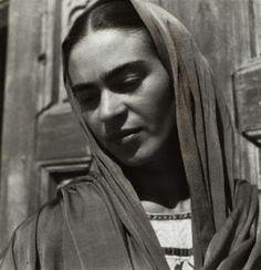 Recuerda que cada ( tic tac ) es un segundo de la vida que pasa y que no se repite, hay en ella tanta intensidad, tanto interés, que solo es el problema de saberla vivir. Que cada uno la resuelva como pueda. Frida Kahlo.