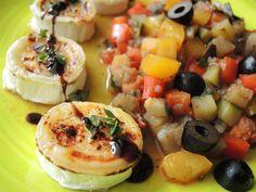 Gratinierter Ziegenkäse mit sanft geschmortem Ratatouille, ein ganz wunderbares vegetarisches Low-Carb-Gericht, das nach Sommer und Urlaub schmeckt.