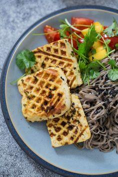 Tofu halloumi & black sesame sumac soba noodles | Vibrant Food Stories Vegetarian Breakfast, Vegetarian Recipes Dinner, Vegan Recipes, Work Meals, Lunches And Dinners, Sin Gluten, Vegan V, Vegan Food, Soba Noodles
