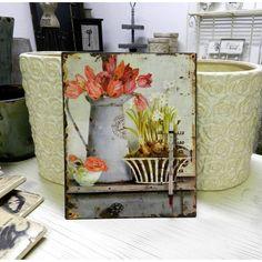 Termometr z podwójną skalą temperatury znajduje się na obrazie przedstawiającym wzór typowo prowansalski czyli kwiaty w różnych przedmiotach.