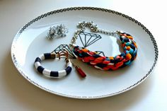 Super quick and easy 10-Minute DIY: Jewelry Plate with Diamonds. All you need is a plate and a porcelain marker! :)