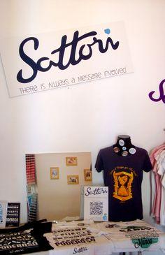 Sattori nos presenta sus camisetas con mensajes para mejorar el mundo.