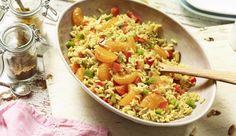 Reis vermischt mit frischem Gemüse, süßen Orangen und knackigen Pinienkernen, hat es dank Curry und MAGGI Würze HOT in sich!