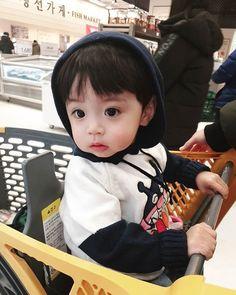 A imagem pode conter: 1 pessoa sentado Cute Baby Boy, Cute Little Baby, Little Babies, Baby Love, Cute Boys, Baby Kids, Cute Asian Babies, Korean Babies, Asian Kids