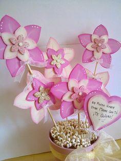 Maceta decorada flores de goma eva en tonos rosa y crudo  para el día de la Madre