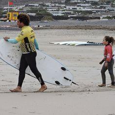 Naroa dirección a la rompiente con nuestro instructor Acaymo para coger las mejores olas y en la mejor compañía !! #surf #diversión y mucho más !!!! #SURFCAMPS #LANZAROTE #surfschoollanzarote #lasantasurfprocenter http://ift.tt/SaUF9M