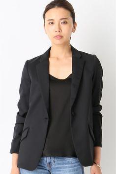 Noireテーラードジャケット  Noireテーラードジャケット 66960 軽い着心地のテーラードジャケット 肩をきれいに見せる薄くパッドを使用し自然なラインを演出 小さめなラペルが顔周りをすっきり見せてくれるデザイン ON/OFFに着まわせるテーラードジャケットは春夏に活躍の必須な着 シンプルなブラックジャケットは着る人の美しさを際立てるベーシックアイテムです 取り扱いについては商品についている洗濯表示にてご確認下さい 店頭及び屋外での撮影画像は光の当たり具合で色味が違って見える場合があります 商品の色味はスタジオ撮影の画像をご参照下さい モデルサイズ:身長:166cm バスト:80cm ウェスト:58cm ヒップ:82cm 着用サイズ:36